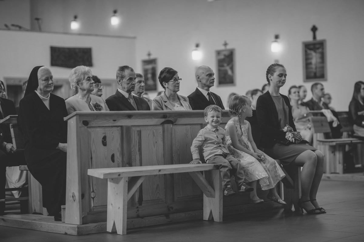 Dzieci w trakcie ceremonii zaślubin