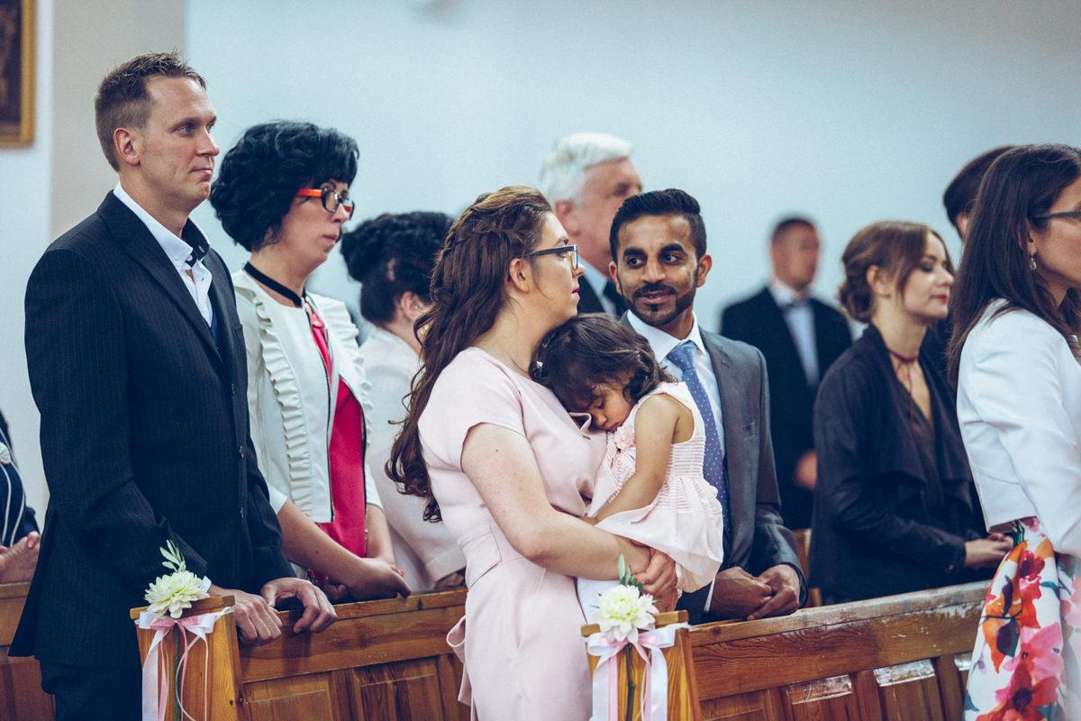 dziecko w kościele na rękach