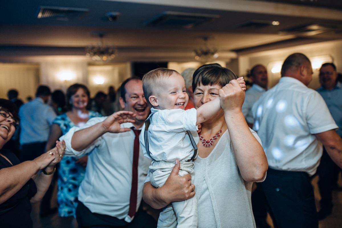 Dzieci bawią się na weselu