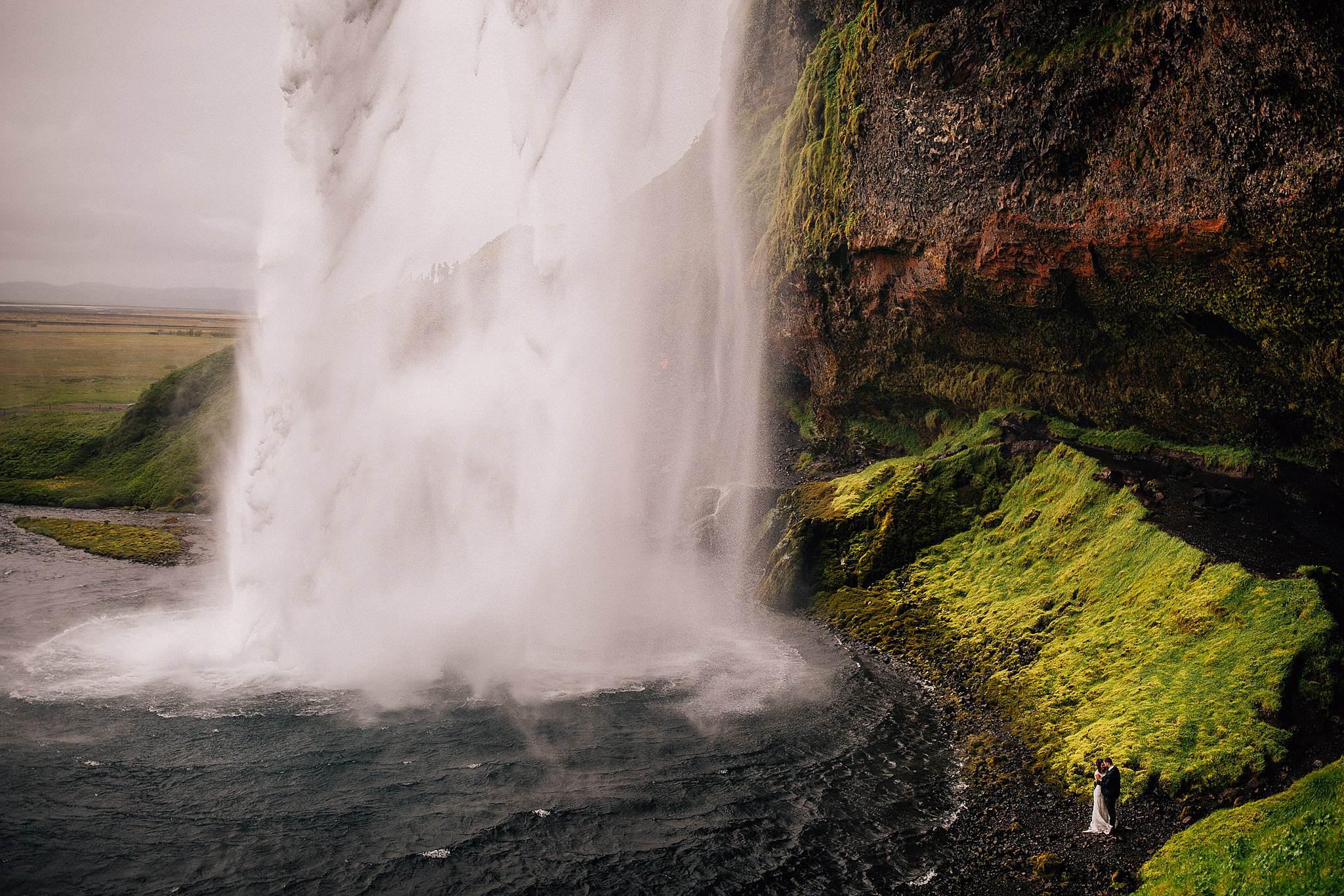 Piekne wodospady Islandii i para mloda