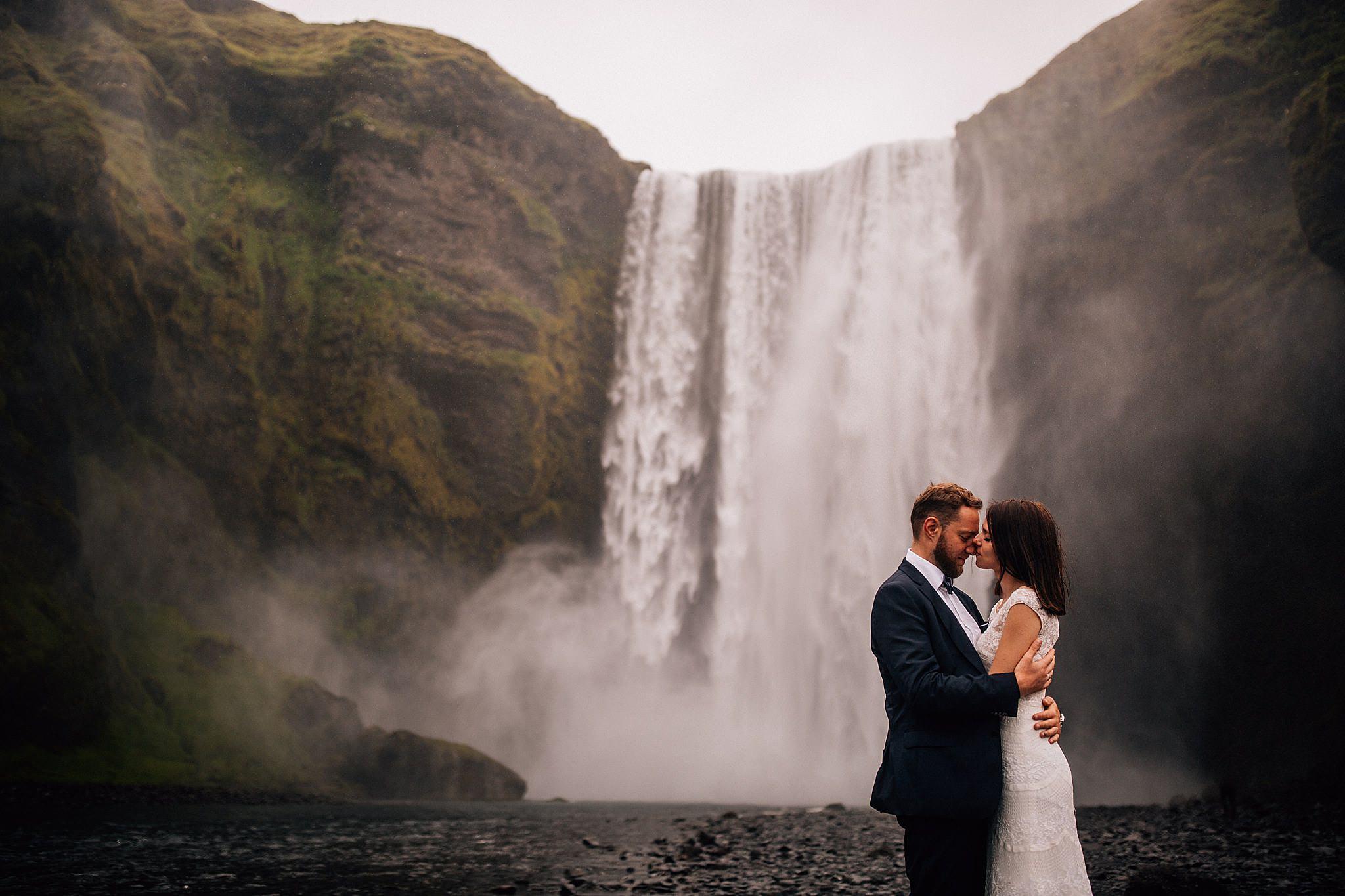 Skogafoss Islandia, sesja plenerowa pary mlodej